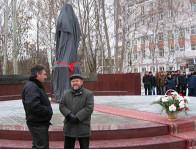 Александр Хачатурян и Дмитрий Димаков на открытии памятника участковому милиционеру.